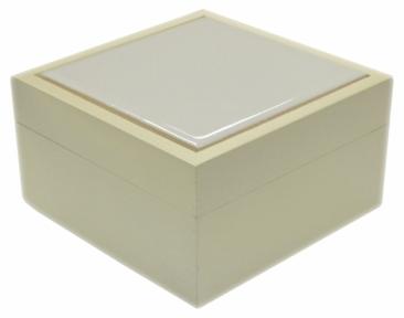 Скринька маленька з білою плиткою з натурального дерева